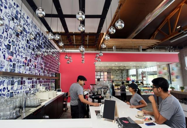 El café esta decorado con un mural hecho en Guadalajara, México, con imágenes de María Félix y Emiliano Zapata.  La barra donde se entrega el café posee un diseño de calavera, pintado a mano, al que se le agregó dichos en español e inglés.