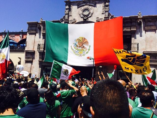 Mexicanos de LA festejan empate en el Brasil vs. México