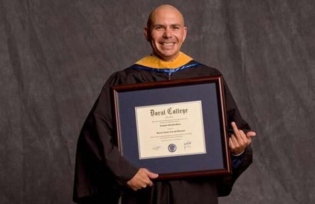 A Pitbull le dieron el título honorífico en el colegio Doral (Miami).