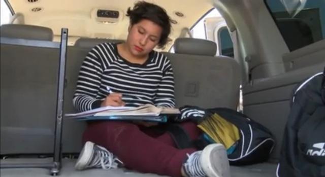 Indocumentada y sin hogar, pero logró graduarse de la secundaria en L.A.