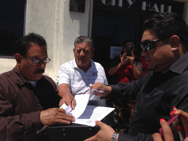 Vecinos piden destitución de alcalde y concejal de Maywood