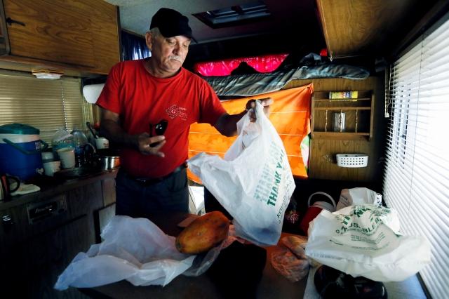 Julio Treto vive en su casa rodante desde hace varios años.