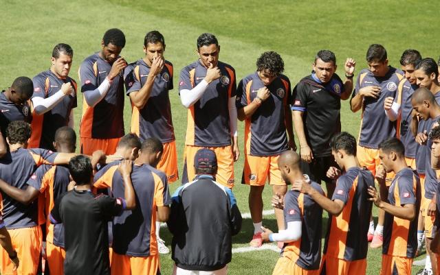 Antes de la práctica, los seleccionados de Costa Rica se reunieron en el centro del campo para decir una plegaria.