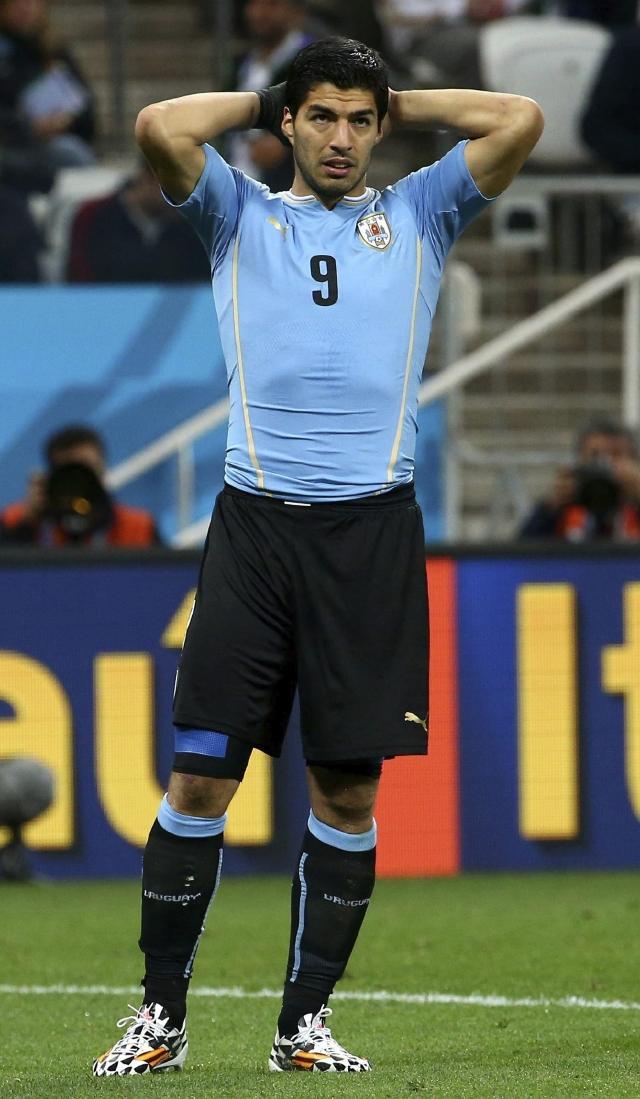 Luis Suárez  ya comienza a sentir las consecuencias del severo castigo que le impuso   FIFA.