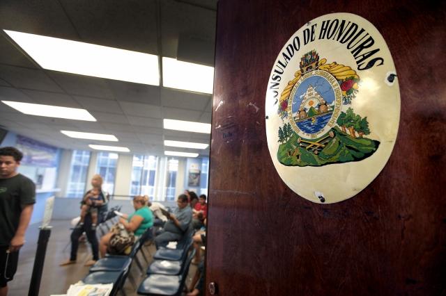 Hondureños dicen que no encuentran ayuda en el consulado de su país en Los Ángeles.
