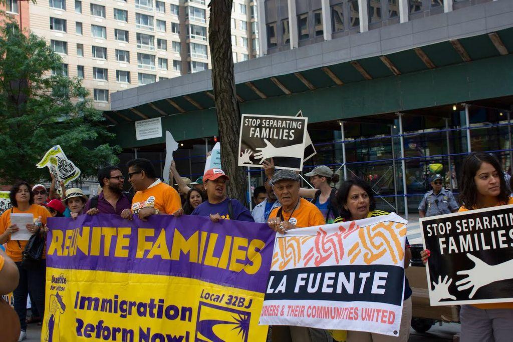 Entre 200 y 300 personas se concentran hoy, sábado 28 de junio de 2014, frente a la oficina federal de inmigración en Nueva York para pedir al Congreso estadounidense progresos en la reforma migratoria.