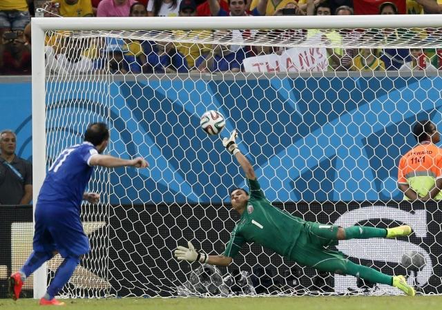 Keylor Navas (1), portero de Costa Rica, se estira de forma magistral para desviar el tiro de penal de Theofanis Gekas, que le dio la victoria a los ticos, ayer, en la Arena Pernambuco de Recife.