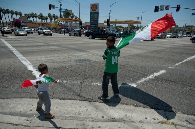 Pequeños aficionados salen a ondear sus banderas en Huntington Park tras la derrota de su selección en el Mundial.