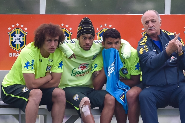 T Luiz Felipe Scolari (R) gives instructions for David Luiz (L), Neymar (2nd-L) and Thiago Silva (3nd-L) during a training session of the Brazilian national football team at the squad's Granja Comary training complex.