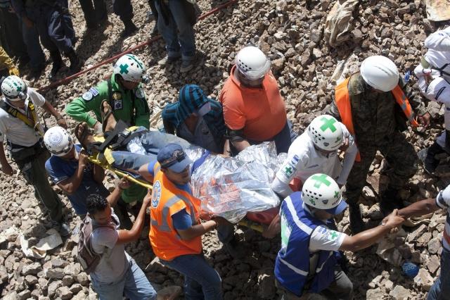 Mineros hondureños y la Cruz Verde salvadoreña rescatan a tres de once mineros que se encuentran soterrados desde el miércoles.