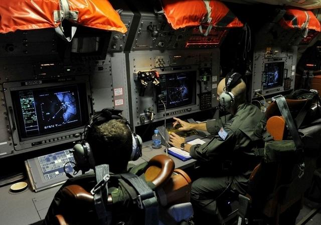 Tripulantes de un avión AP-3C Orion de la Real Fuerza Aérea Australiana trabajan en la búsqueda, en el sur del Océano Índico, del avión desaparecido de Malasya Airlines.