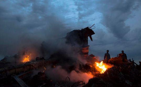 Restos del avión de Malaysia Airlines que volaba de Amsterdam a Kuala Lumpur con 295 personas a bordo.