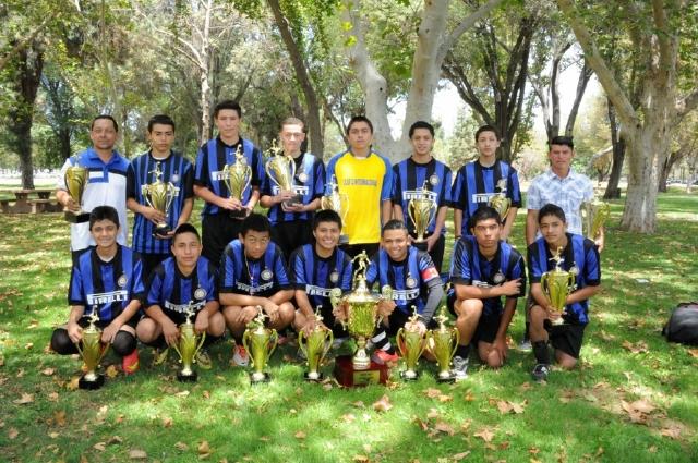 Jugadores de la Tercera División del club Internacional posan con sus trofeos.