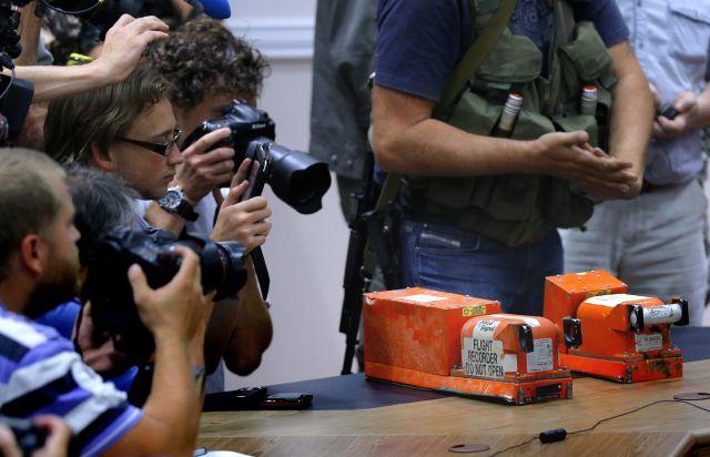 Rebeldes prorrusos entregan cajas negras del vuelo de Malaysia Airlines