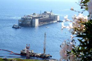 Remueven con éxito al Costa Concordia, emprende su último viaje