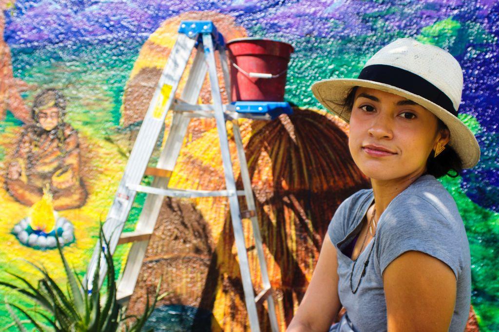 Artista latina domina el arte de embellecer la ciudad