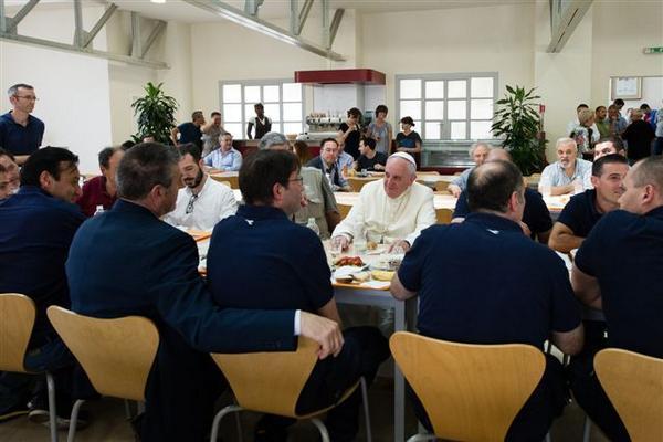 El Papa Francisco almuerza en el comedor de empleados (Fotos)