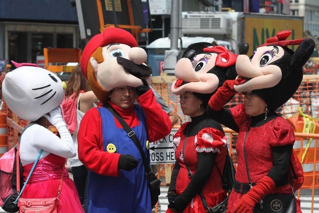 La mayoría de las personas que trabajan como personajes disfrazados en Times Square son hispanos, muchos de ellos inmigrantes indocumentados.