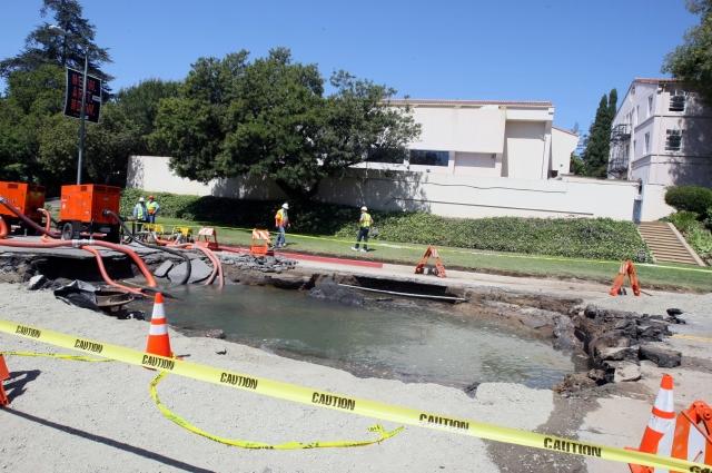 El LADWP estima que podríar ser hasta el viernes cuando cierren por completo la fuga de agua que provocó un boquete en medio del bulevar Sunset.
