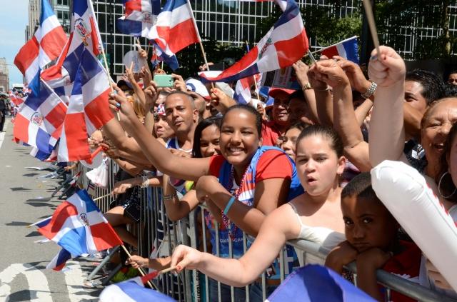 Decenas de dominicanos llegaron a la 6ta avenida el año pasado con banderas y sonrisas para disfrutar del evento más grande de todo el año.