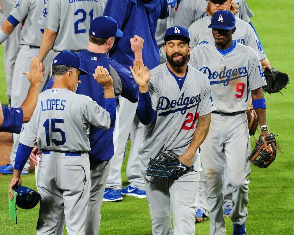 Los Dodgers celebran la victoria en el Turner Field de Atlanta.