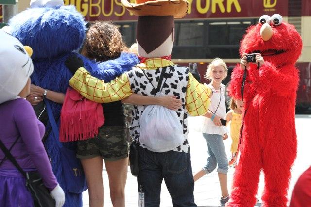 Muñecos de Times Square buscan unirse para no ser desplazados