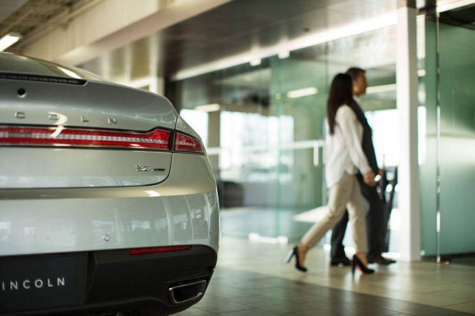 Qué costos se ocultan a los latinos al momento de la compra de un auto