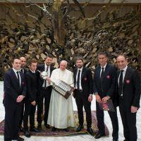 Entregan Copa al Papa