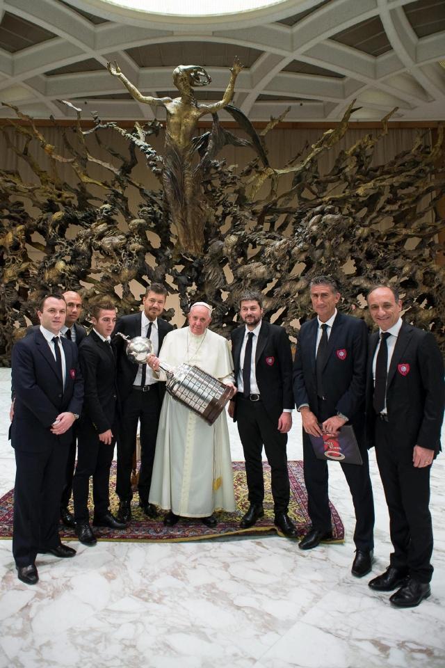 El Papa Francisco, junto a la comitiva de San Lorenzo, carga la Copa Libertadores que ganó el equipo de sus amores.