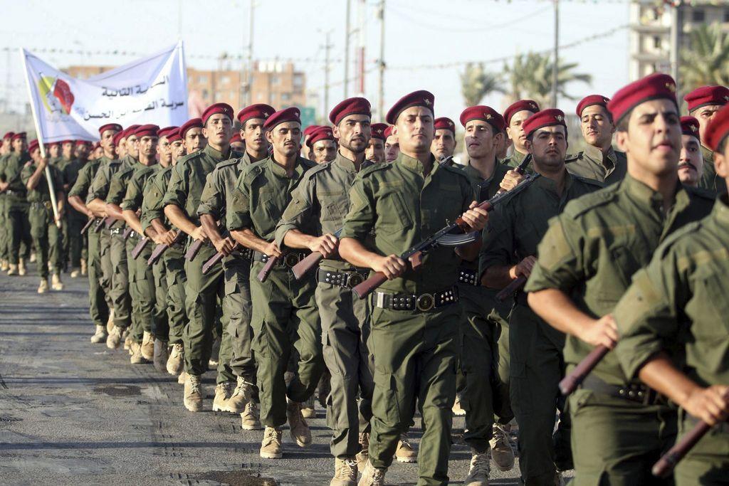 Miembros del ejército chiíta iraquí durante una exhibición en la ciudad de Karbala.