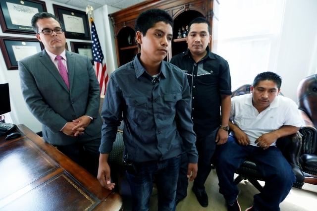 Antonio, de 17 años, junto al abogado migratorio Alex Galvez (izq.) y su hermano Pedro.