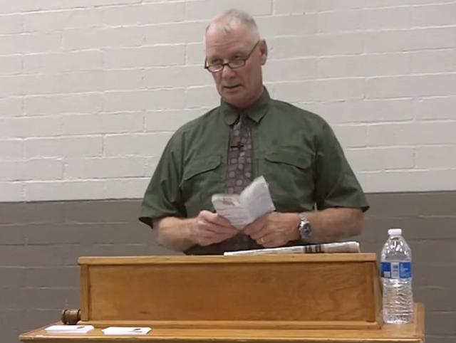 Dan Ferguson durante el discurso en el que hace comentarios racistas y despectivos.