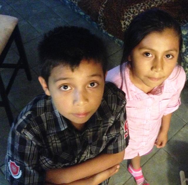 Estos hermanitos guatemaltecos son parte de los 60 mil niños que han llegado a la frontera en los últimos meses.