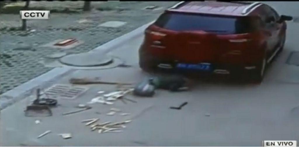 ¡Milagro! Niño evita la muerte tras ser atropellado (video)