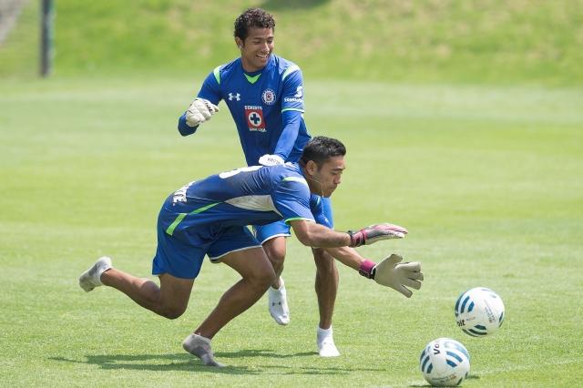 Joao Rojas y Marco Fabián se divierten jugando de arqueros en la practica de ayer de Cruz Azul.