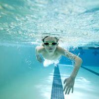 Nadadora queda ciega y ahora un perro guía la ayuda a prepararse para los juegos paralímpicos