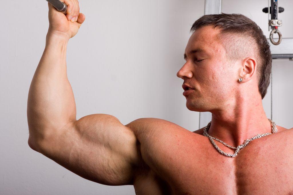 Los varones que padecen de vigorexia se sienten débiles y delgados, a pesar de ser musculosos y fuertes.
