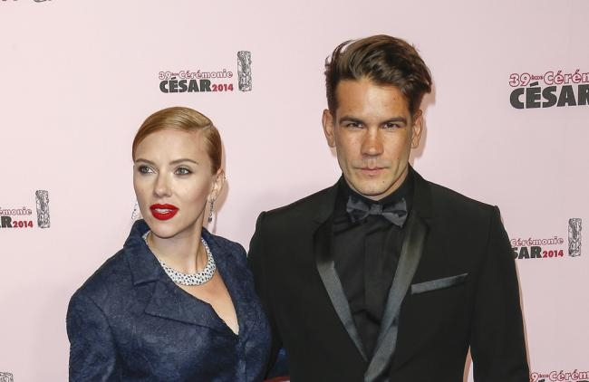 Scarlett y Romain se comprometieron en agosto de 2013.