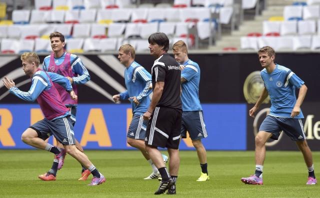 El seleccionador de  Alemania, Joachim Löw (centro), junto a sus jugadores André Schürrle, Mario Gómez y Toni Kroos.