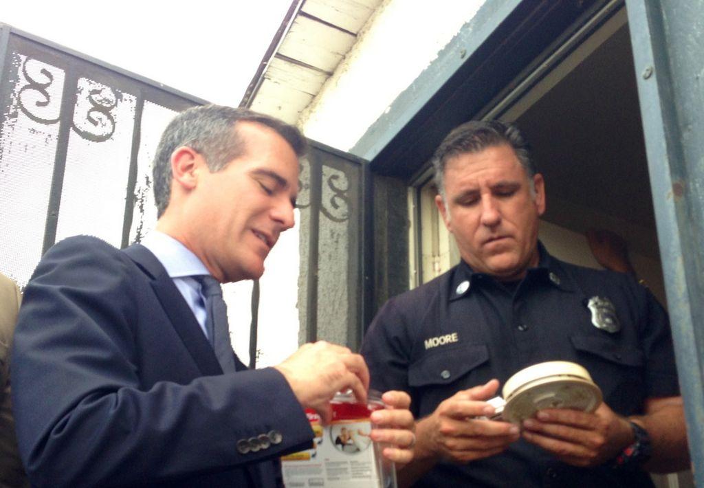 Repartirán detectores de humo 'puerta por puerta' en LA