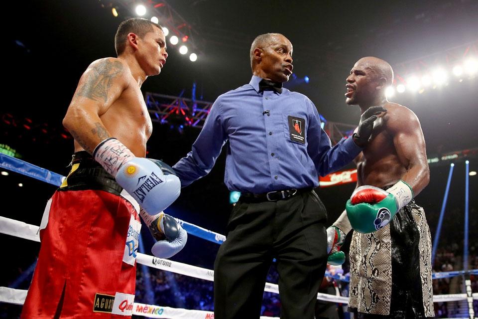 """Marcos """"Chino"""" Maidana y Floyd Mayweather durante la segunda pelea que sostuvieron."""