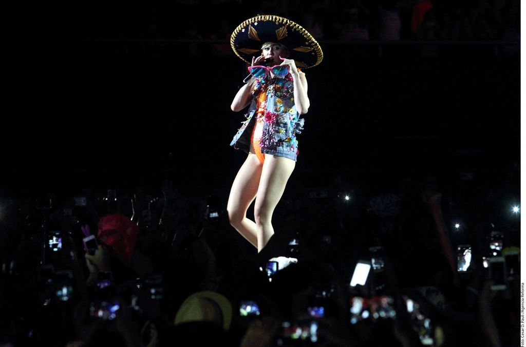 La cantante portó un sombrero de charro durante su presentación.