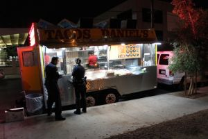 Las 'taco trucks' en L.A. están de moda, pero reprueban en higiene