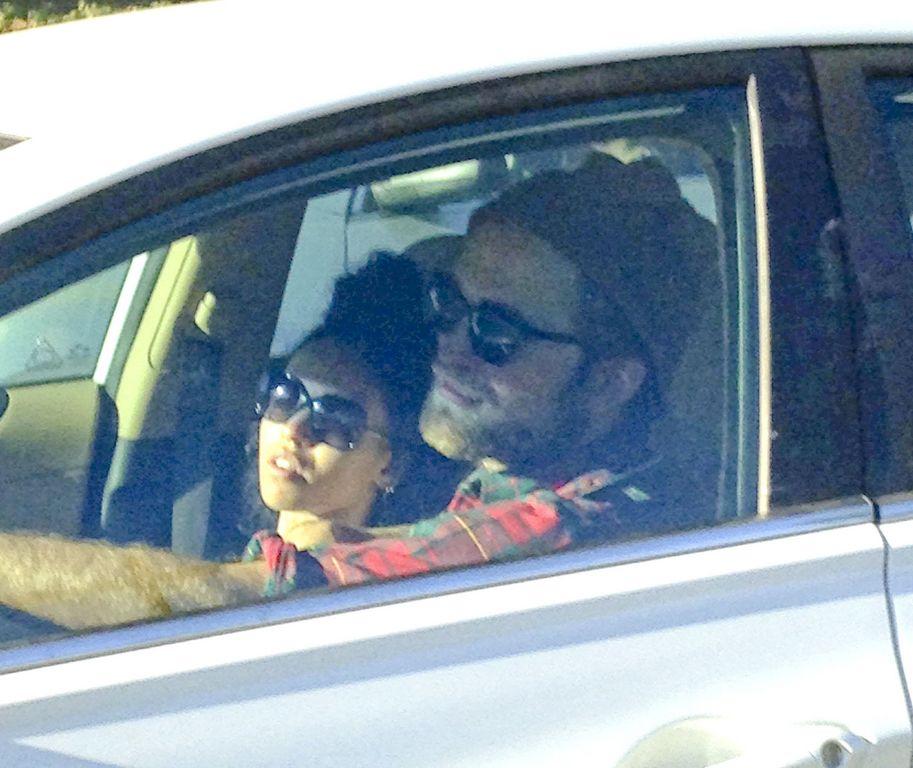 Robert Pattinson se ha dejado ver por las calles de Los Ángeles en compañía de FKA Twigs.