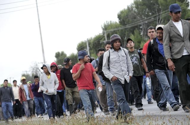 Los migrantes caminan a su paso por la ciudad de Saltillo en el estado de Coahuila, México.