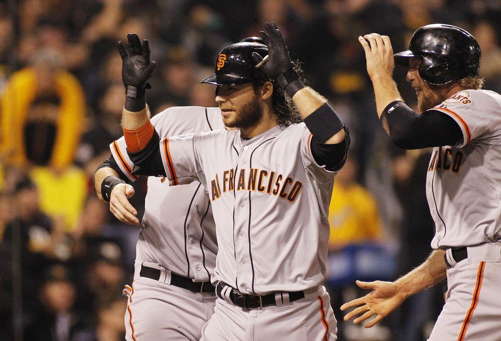 Brandon Crawford festeja con sus compañeros tras conseguir un vuelacercas con bases llenas en el cuarto inning.
