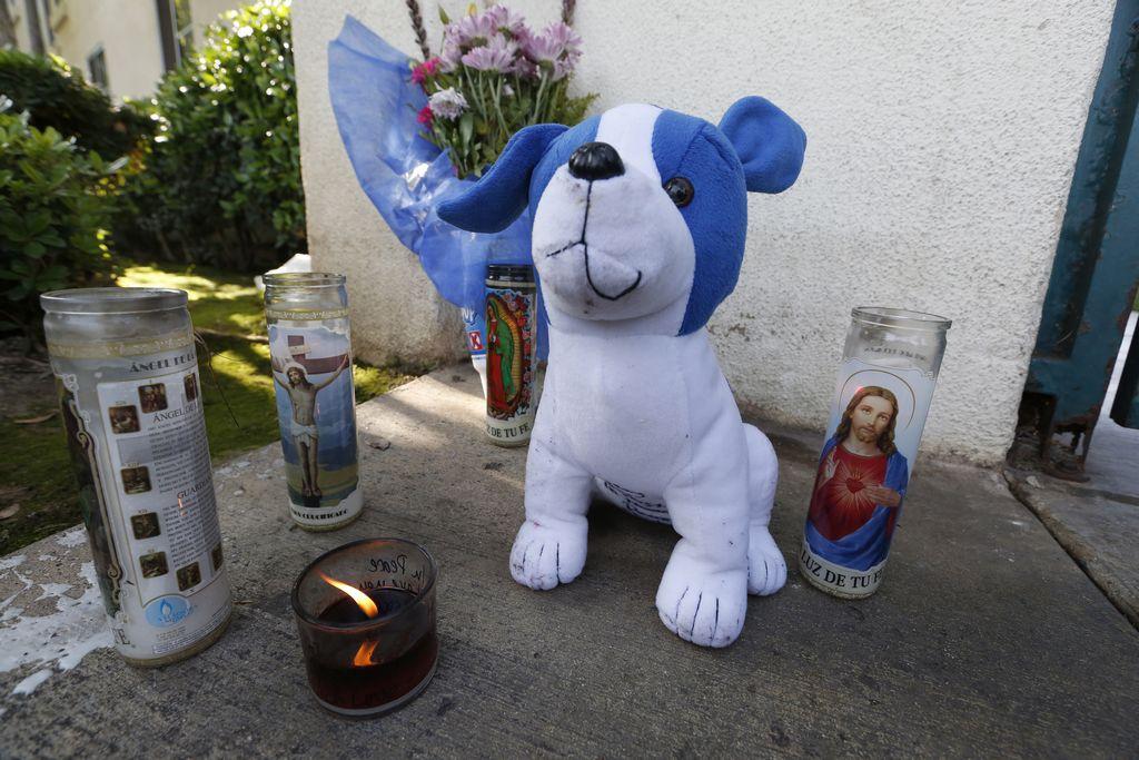 Fuera de la casa de la familia Crespo, familiares y conocidos del alcalde montaron un altar en su memoria.