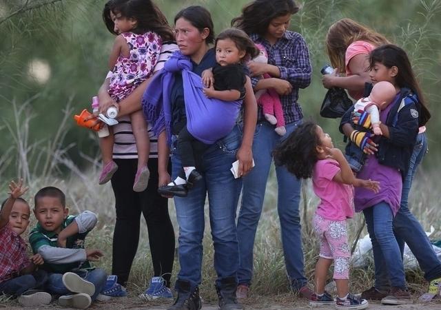 Madres migrantes y sus hijos son detenidos a diario a  su paso por la frontera.