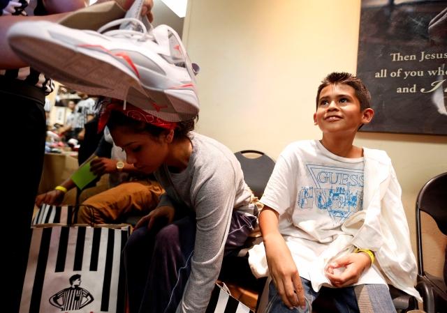 Unos 5,000 niños recibirán zapatos y material escolar gratis este jueves en Skid Row