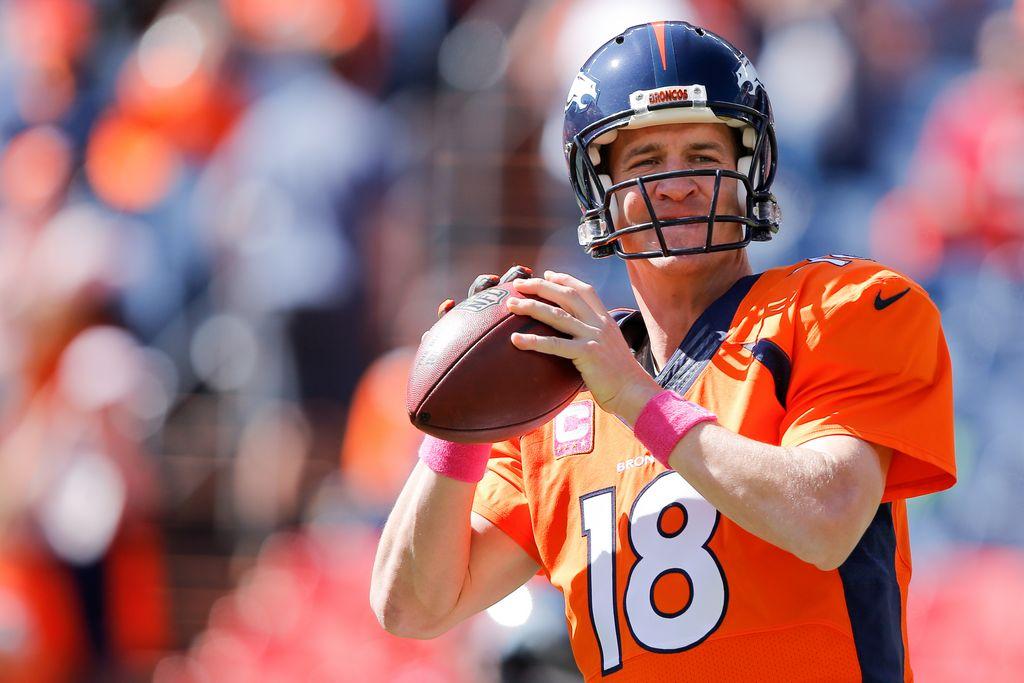 Manning calienta previo al partido frente a los Cardenales de Arizona.